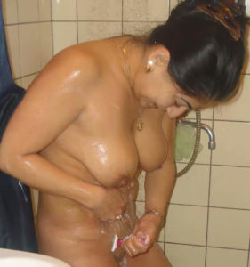 nude indian babe shaving cunt