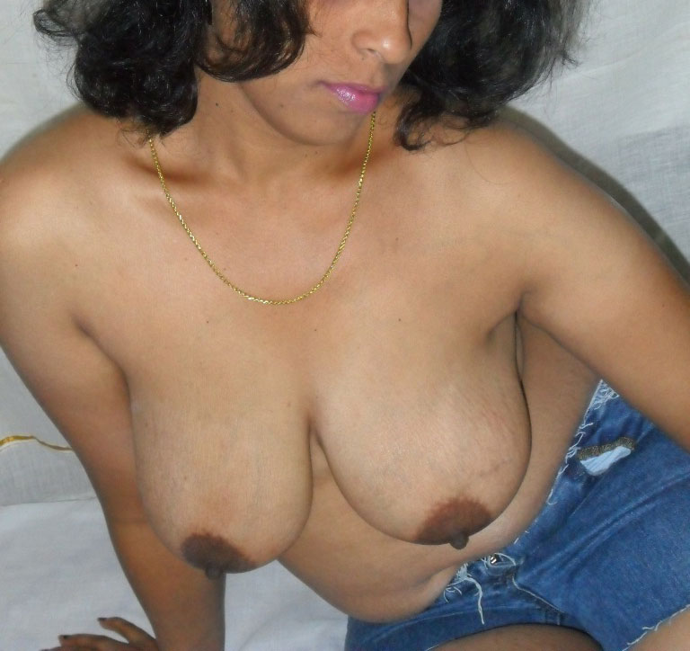 indian-aunty-boob-press