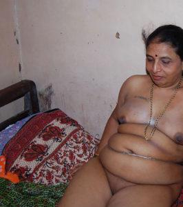 naked horny aunty pic